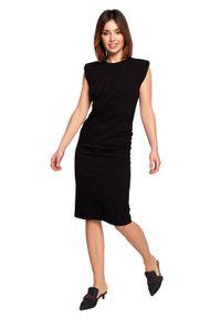 BE - Dopasowana bawełniana sukienka z marszczeniami czarna. Okazja: do pracy, na co dzień. Kolor: czarny. Materiał: bawełna. Styl: casual