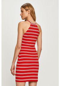Tommy Jeans - Sukienka. Kolor: czerwony. Materiał: dzianina. Typ sukienki: dopasowane