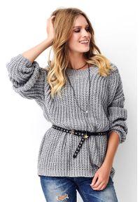 Makadamia - Szary Oversizowy Sweter Wykonany Angielskim Ściegiem. Kolor: szary. Materiał: akryl