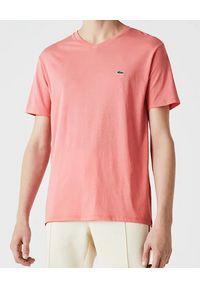 Lacoste - LACOSTE - Różowy t-shirt z logo Regular Fit. Okazja: na co dzień. Kolor: różowy, wielokolorowy, fioletowy. Materiał: jeans, bawełna. Wzór: haft. Styl: casual