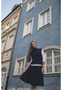 VEVA - Krótka rozkloszowana spódnica z koła Foggy czarna. Okazja: do pracy. Kolor: czarny. Materiał: jeans. Długość: krótkie. Wzór: melanż. Sezon: jesień, zima