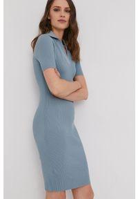 Answear Lab - Sukienka. Kolor: niebieski. Materiał: dzianina. Długość rękawa: krótki rękaw. Typ sukienki: dopasowane. Styl: wakacyjny