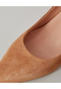 NINA LILOU - Beżowe szpilki z zamszowej skóry. Kolor: beżowy. Materiał: zamsz, skóra. Obcas: na szpilce. Styl: elegancki. Wysokość obcasa: średni