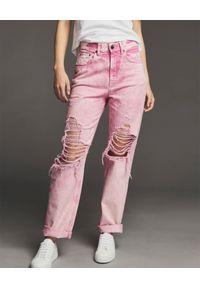 RETROFETE - Różowe jeansy z postrzępieniem Chris. Kolor: różowy, wielokolorowy, fioletowy. Długość: długie. Styl: klasyczny