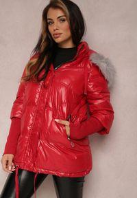 Renee - Czerwona Kurtka Voloya. Kolor: czerwony. Materiał: tkanina, futro, materiał, prążkowany. Wzór: aplikacja. Sezon: zima. Styl: elegancki