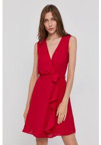 Morgan - Sukienka. Okazja: na co dzień. Kolor: czerwony. Materiał: tkanina. Wzór: gładki. Typ sukienki: proste, asymetryczne. Styl: casual