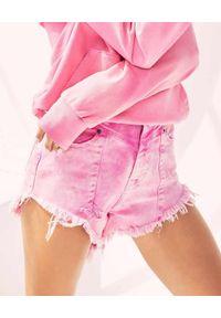 RETROFETE - Różowe postrzępione szorty. Stan: podwyższony. Kolor: różowy, wielokolorowy, fioletowy. Materiał: jeans, materiał. Wzór: nadruk