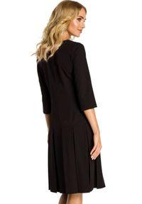 MOE - Elegancka sukienka z obniżoną talią i kontrafałdami. Materiał: materiał, elastan. Długość rękawa: krótki rękaw. Styl: elegancki
