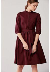 Marie Zélie - Sukienka Aglaia wełniana bordowa. Okazja: na co dzień. Typ kołnierza: kołnierzyk stójkowy. Kolor: czerwony. Materiał: bawełna, wełna. Wzór: motyw zwierzęcy, paski. Typ sukienki: proste. Styl: casual
