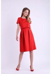 Nommo - Czerwona Wizytowa Rozkloszowana Sukienka z Nakładką. Kolor: czerwony. Materiał: wiskoza, poliester. Styl: wizytowy