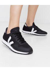 Czarne sneakersy Veja na co dzień, z aplikacjami
