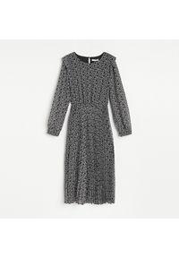 Reserved - Sukienka z plisowanym dołem - Biały. Kolor: biały