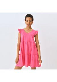Mohito - Bawełniana sukienka z falbaną - Różowy. Kolor: różowy. Materiał: bawełna