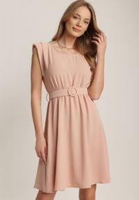 Renee - Różowa Sukienka Thananthei. Okazja: na wesele, na ślub cywilny. Kolor: różowy. Materiał: tkanina, guma. Długość rękawa: bez rękawów. Wzór: jednolity. Styl: klasyczny. Długość: mini
