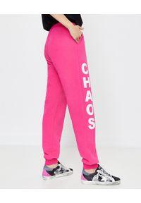 CHAOS BY MARTA BOLIGLOVA - Spodnie dresowe z logo Bree. Kolor: fioletowy, różowy, wielokolorowy. Materiał: dresówka. Wzór: nadruk
