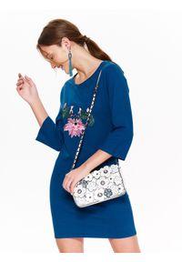 TOP SECRET - Sukienka damska dzianinowa z aplikacją. Okazja: na co dzień. Kolor: niebieski. Materiał: dzianina. Długość rękawa: krótki rękaw. Wzór: aplikacja. Sezon: lato, wiosna. Styl: casual