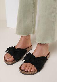 Renee - Czarno-Panterkowe Klapki Saraia. Okazja: na co dzień. Nosek buta: otwarty. Kolor: czarny. Sezon: lato. Styl: casual