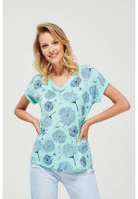 Miętowa bluzka MOODO z dekoltem w serek, z nadrukiem, klasyczna, z krótkim rękawem