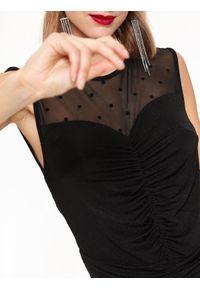 Czarny kombinezon TOP SECRET na ramiączkach, w kolorowe wzory