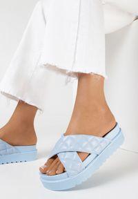Born2be - Jasnoniebieskie Klapki Dananassa. Nosek buta: okrągły. Kolor: niebieski. Materiał: guma. Wzór: paski, aplikacja. Obcas: na platformie