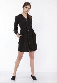 e-margeritka - Sukienka mini koszulowa na guziki czarna - 38. Typ kołnierza: kołnierzyk stójkowy. Kolor: czarny. Materiał: materiał, poliester. Typ sukienki: koszulowe. Długość: mini