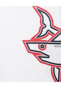 MONCLER KIDS - Biała koszulka z rekinem 4-8 lat. Kolor: biały. Materiał: bawełna. Wzór: aplikacja, nadruk. Sezon: lato. Styl: klasyczny