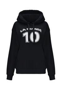 LA MANIA - Czarna bluza z kapturem Lassi. Typ kołnierza: kaptur. Kolor: czarny. Materiał: bawełna. Długość rękawa: długi rękaw. Długość: długie. Wzór: nadruk, aplikacja. Styl: klasyczny, elegancki