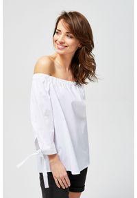 Biała koszula MOODO z dekoltem typu hiszpanka
