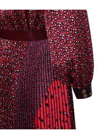 CATERINA - Wzorzysta sukienka z paskiem. Kolor: różowy, wielokolorowy, fioletowy. Długość: midi
