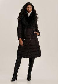 Renee - Czarna Kurtka Idahmenis. Kolor: czarny. Materiał: tkanina, futro. Długość rękawa: długi rękaw. Długość: długie. Wzór: aplikacja. Styl: elegancki