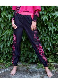 REDEMPTION ATHLETIX - Czarne spodnie ze zwierzęcymi elementami. Kolor: czarny. Materiał: nylon. Wzór: motyw zwierzęcy
