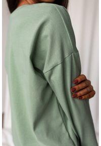 Marsala - Longsleeve z dekoltem w kształcie V w kolorze GREEN TINT - BY MARSALA. Typ kołnierza: dekolt w kształcie V. Materiał: elastan, materiał, bawełna. Długość rękawa: długi rękaw. Długość: długie. Styl: elegancki, sportowy