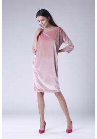 Nommo - Różowa Luźna Sukienka z Dekoltem w Łódkę z Weluru. Kolor: różowy. Materiał: welur