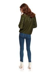 TOP SECRET - Ażurowa bluzka z długim rękawem. Okazja: na co dzień. Typ kołnierza: dekolt w serek. Kolor: zielony. Długość: długie. Wzór: ażurowy. Materiał: tkanina. Długość rękawa: długi rękaw. Sezon: wiosna. Styl: casual