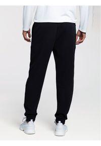 Czarne spodnie dresowe Vistula