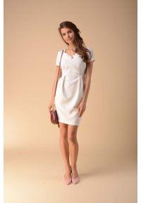 Nommo - Dopasowana Sukienka z Modelującymi Zakładkami - Ecru. Materiał: wiskoza, poliester