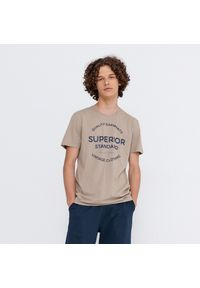 House - Koszulka z nadrukiem Superior - Beżowy. Kolor: beżowy. Wzór: nadruk