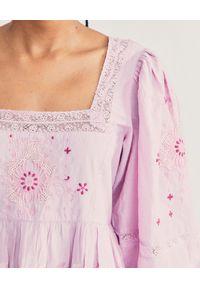 LOVE SHACK FANCY - Lawendowa sukienka Freja. Typ kołnierza: dekolt kwadratowy. Kolor: różowy, wielokolorowy, fioletowy. Materiał: bawełna. Wzór: haft, aplikacja. Sezon: lato