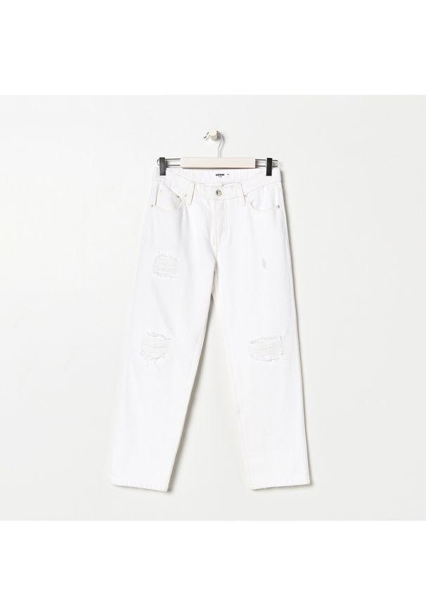 Sinsay - Jeansy straight z przetarciami - Biały. Kolor: biały