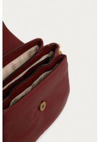 Guess Jeans - Torebka. Kolor: czerwony. Rodzaj torebki: na ramię