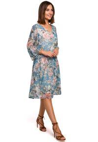 e-margeritka - Sukienka szyfonowa w kwiaty niebieska - m. Kolor: niebieski. Materiał: szyfon. Wzór: kwiaty. Sezon: lato, wiosna. Długość: midi