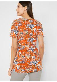 Shirt kopertowy z krótkim rękawem i zaznaczoną talią, bawełna organiczna bonprix czerwono-pomarańczowy w kwiaty. Kolor: pomarańczowy. Materiał: bawełna. Długość rękawa: krótki rękaw. Długość: krótkie. Wzór: kwiaty