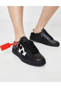 OFF-WHITE - Skórzane sneakersy z tłoczonym logo. Kolor: czarny. Materiał: skóra
