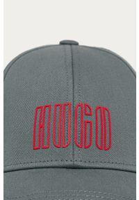 Szara czapka z daszkiem Hugo z aplikacjami