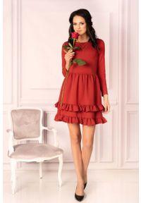 Merribel - Czerwona Urocza Krótka Sukienka z Falbankami. Typ kołnierza: kołnierz z falbankami. Kolor: czerwony. Materiał: bawełna, poliester, elastan. Długość: mini