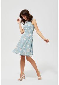Niebieska sukienka MOODO w kwiaty, trapezowa