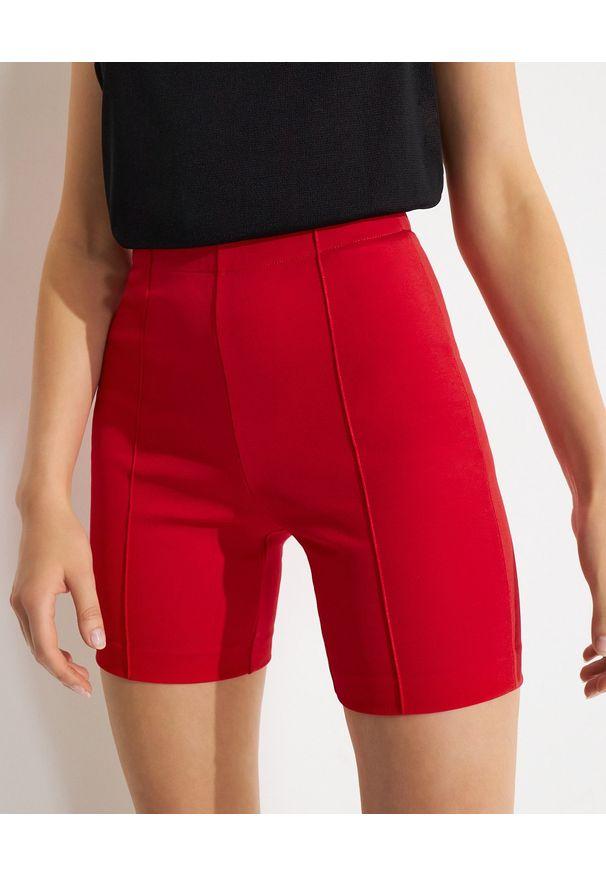 GAUGE81 - Czerwone spodenki Albany. Okazja: na co dzień. Stan: podwyższony. Kolor: czerwony. Materiał: materiał. Styl: casual