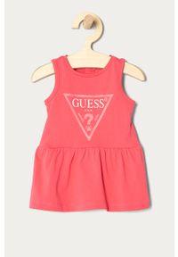 Różowa sukienka Guess z nadrukiem, rozkloszowana