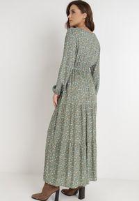 Born2be - Zielona Sukienka Inias. Okazja: na co dzień. Kolor: zielony. Materiał: materiał. Długość rękawa: długi rękaw. Wzór: kwiaty, nadruk. Typ sukienki: proste, kopertowe. Styl: casual. Długość: maxi