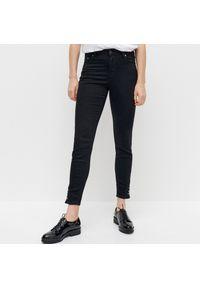 Reserved - Jeansy slim - Czarny. Kolor: czarny